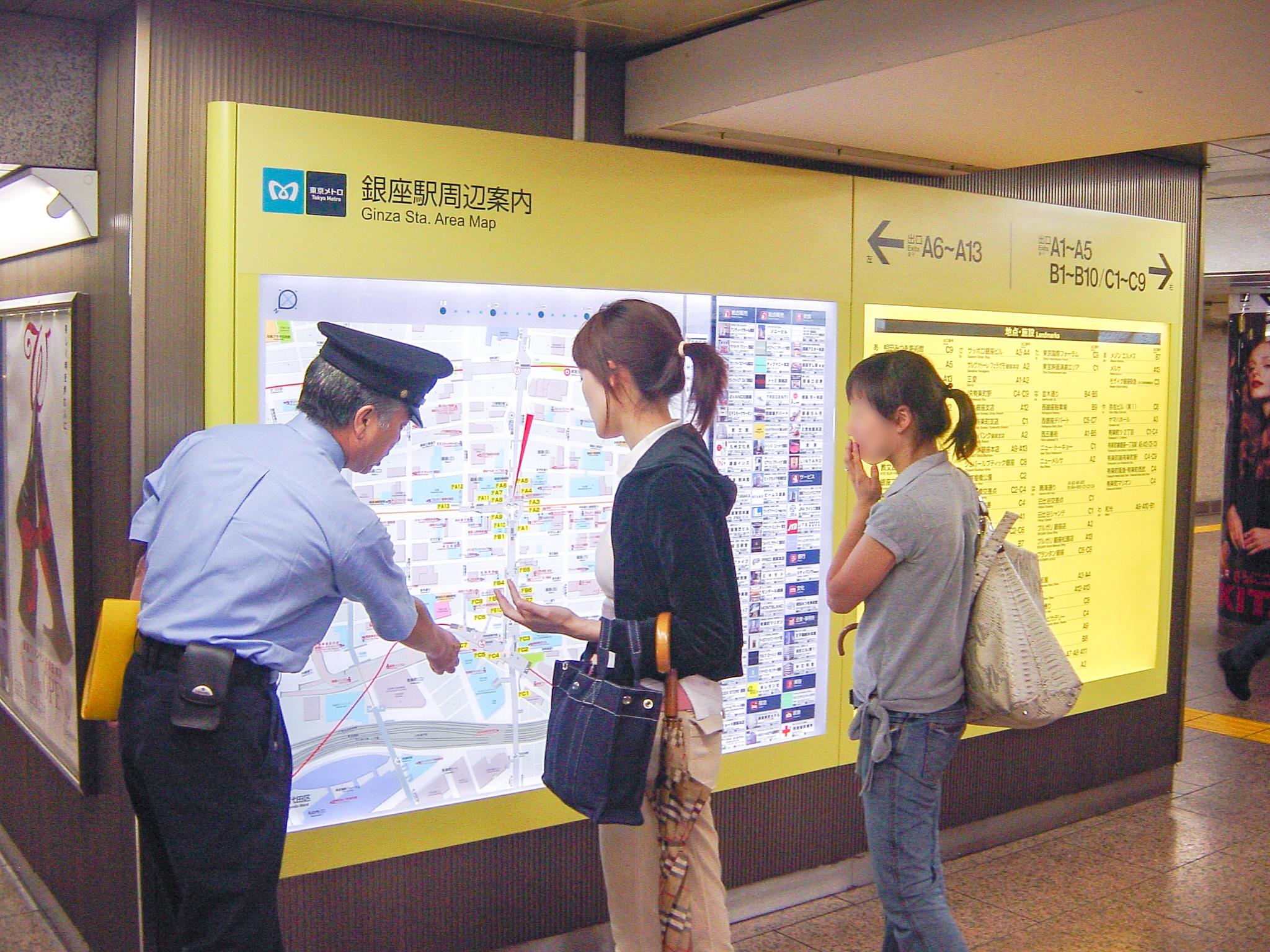 東京メトロ銀座駅に設置のステーションナビタ、周辺地図と出口案内を併載していています。
